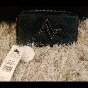 $20!! Adrienne Vittadini Wristlet